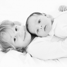 brisbane-newborn-photographer-newborn-photography-brisbane-sister-cuddles-sarah-streets-studios