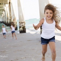 kids-portrait-photography-brisbane-portrait-photography-brisbane-portrait-photographer-brisbane-portrait-photography-ipswich-sarah-streets-studios-kids-playing-on-beach